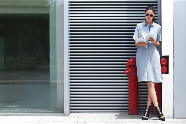 Sử dụng thiết kế shirtress đơn giản, Chà Mi vẫn cực kì thu hút với những đường kẻ li ti tạo hiệu ứng thị giác bắt mắt. Thay vào giày cao, các cô gái có thể kết hợp cùng sandal hay giày bệt để thuận tiện cho việc di chuyển.