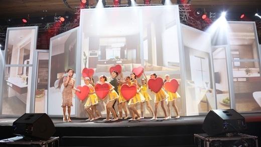 """Uyên Linh Idol mở màn đêm nhạc nhẹ nhàng và tình cảm bằng giai điệu ca khúc """"Hãy yêu như chưa yêu lần nào"""".Màn hình sân khấu mô phỏng sống động không gian sống tại Cocobay."""