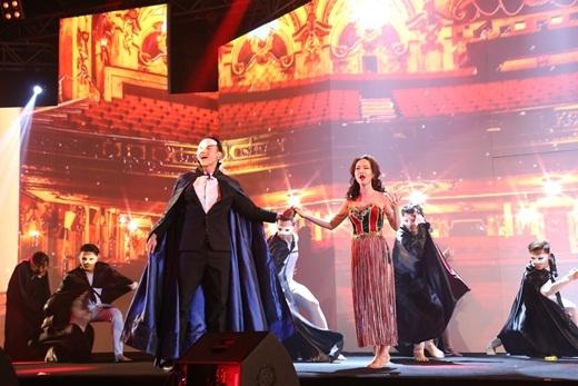 Đông Hùng và Võ Hạ Trâm xuất thần trong vở nhạc kịch được dàn dựng công phu mô phỏng Coco Theatre bằng công nghệ sân khấu 3D Mapping hiện đại.