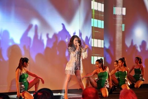 """Hoàng Thùy Linh xuất hiện quyến rũ, """"cháy"""" hết mình trên nền nhạc của DJ Triple D, giới thiệu lễ hội giải trí quốc tế Cocofest sẽ được tổ chức vào quí3 thường niên tại Cocobay Đà Nẵng."""
