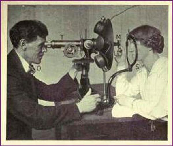 Bác sĩ Batesđang khám mắt cho bệnh nhân. (Ảnh: Internet)