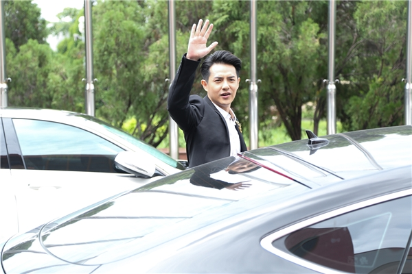 Vừa bước xuống xe, Ông Cao Thắng đã vẫy tay chào người hâm mộ. - Tin sao Viet - Tin tuc sao Viet - Scandal sao Viet - Tin tuc cua Sao - Tin cua Sao
