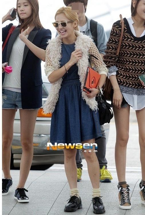 """Chính cô bạn cùng nhóm Sooyoung cũng đánh giá Hyoyeon chính là """"thảm họa thời trang"""" tiêu biểu của SNSD bởi sự kết hợp trang phục lạ đời của cô."""