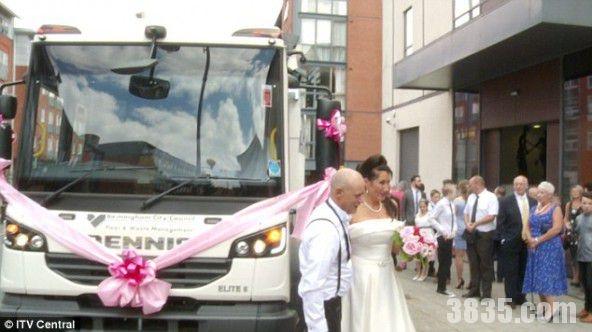 Đám cưới đặc biệt khi dùng xe chở rác làm xe hoa. (Ảnh: Internet)