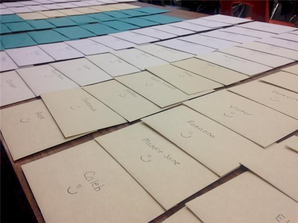 Cả trăm bức thư do cô giáo Brittni gửi đến học trò. (Ảnh FBNV)