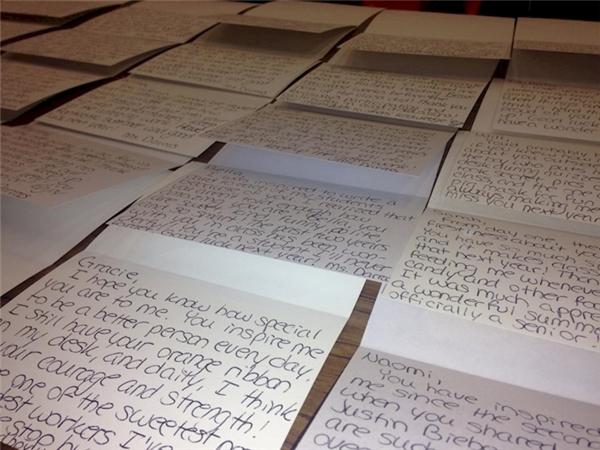 Nhữnglá thư cô giáo đã dành suốt 2 tháng để viết cho từnghọc trò của mình. (Ảnh FBNV)