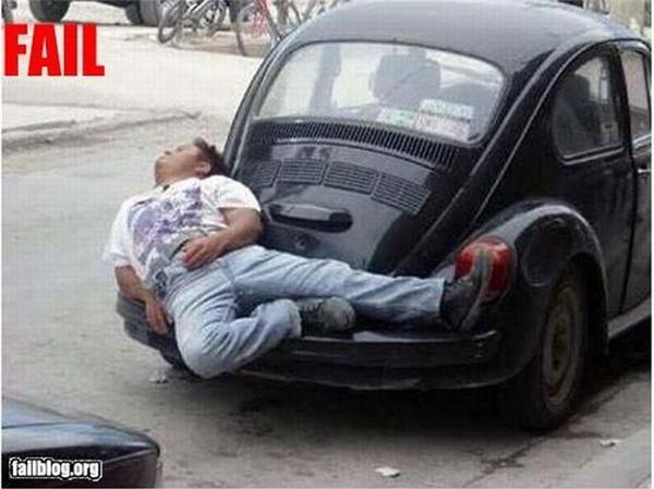 Ngủ ngoài này mát hơn trong xe.