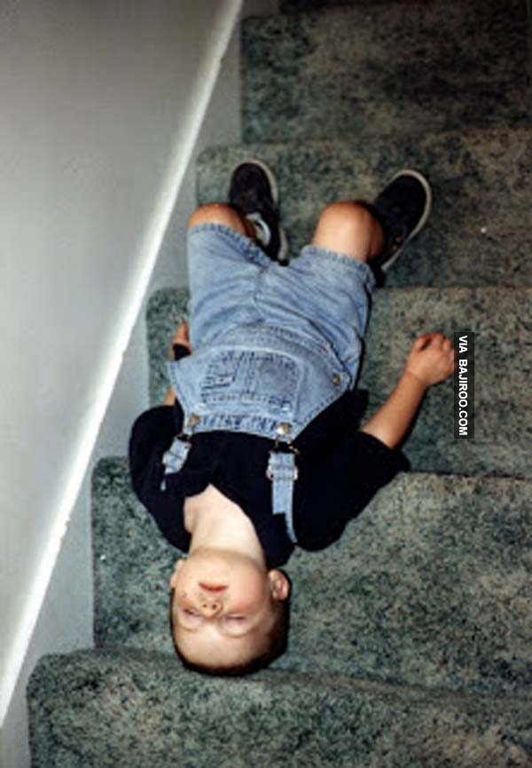 Tự hỏi không biết cậu nhóc này ban đầu ngủ luôn ở đây hay là ngủ trên đầu cầu thang?