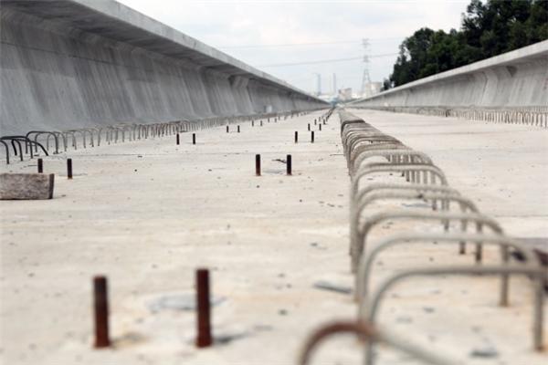 Với thanh dầm cầu đầu tiên được lắp ngày 4/6/2015, tuyến trên cao đoạn từ Suối Tiên đến gần cầu Sài Gòn đã được lắp đến 70%. Trong ảnh là phần thiết kế để gắn đường ray cho tàu chạy sau này.