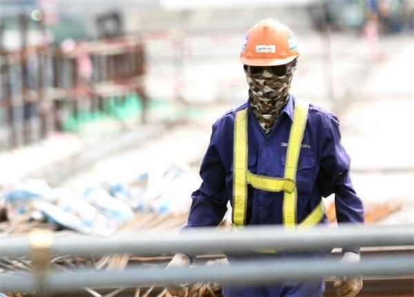 Do làm việc trên cao, không mái che nên công nhân thường xuyên đối diện với nắng nóng. Họ phải trang bị dụng cụ như khẩu trang, kính râm, bao tay... chống nắng để thi công kịp tiến độ.