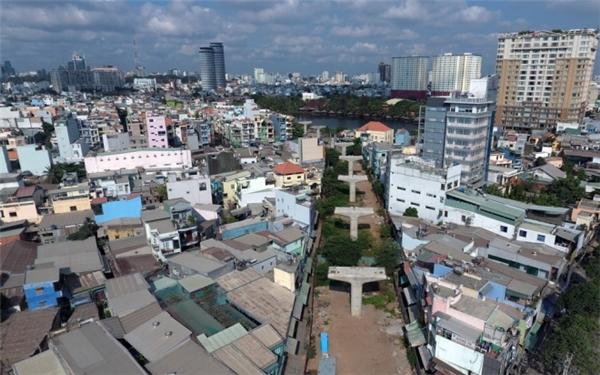 Tuy nhiên, đoạn từ cầu Sài Gòn đến gần ga ngầm Ba Son hiện mới hoàn thiện trụ cột, một số chỗ còn đang đổ móng, chưa lắp đặt dầm.