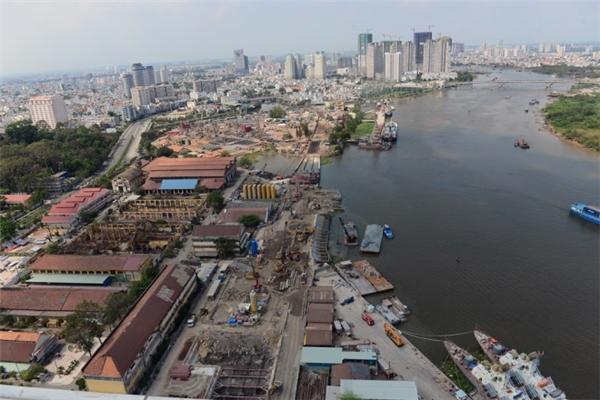 Toàn cảnh tuyến Metro khu vực ga ngầm Ba Son. Nhà máy đóng tàu gần 100 tuổi ở khu này cũng được giải tỏa để phục vụ cho tuyến đường sắt đô thị đầu tiên của thành phố.