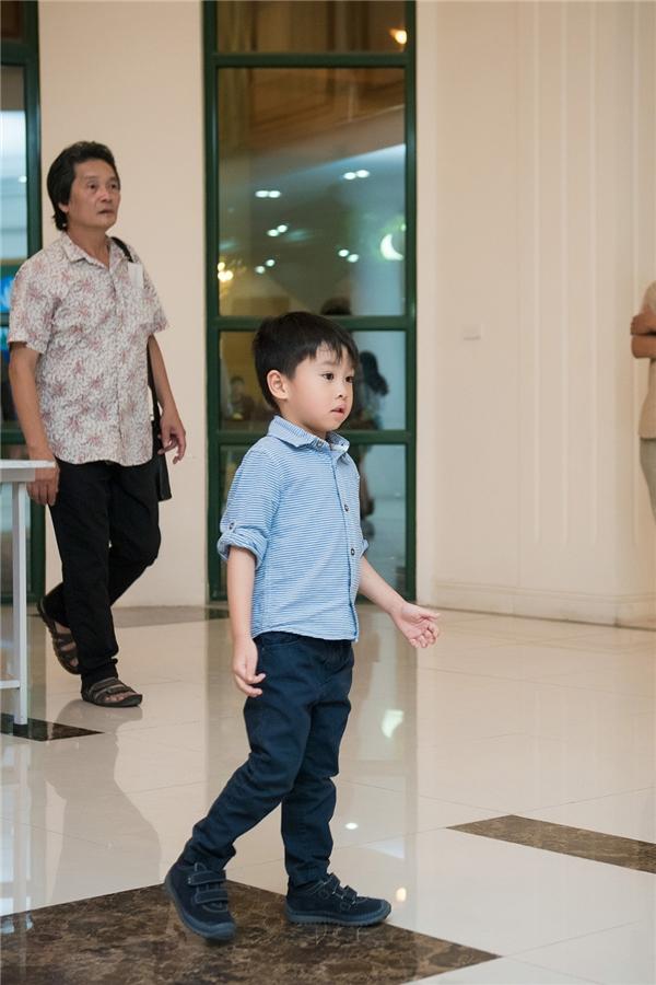 Dương Thùy Linh mặc áo dài Ngọc Hân đến ủng hộ em chồng biểu diễn
