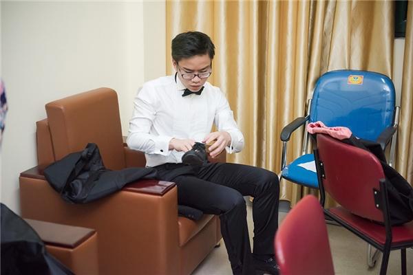 Trong hậu trường, Dương Thùy Linh đích thân chỉnh sửa trang phục cho em chồng.