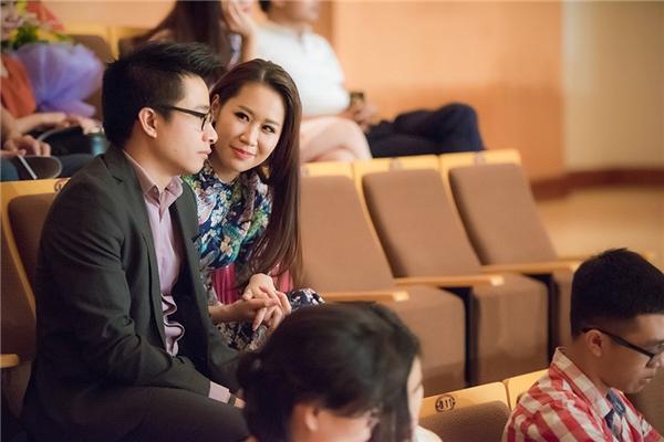 Tối qua, ông xã của Dương Thùy Linh cũng có mặt và hội ngộ gia đình nhà vợ cùng xem em trai biểu diễn.