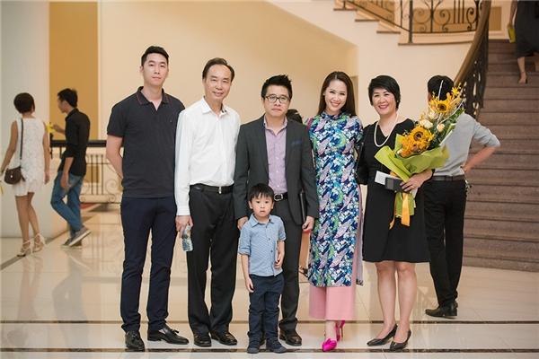 Vợ chồng Dương Thùy Linh chụp ảnh cùng bố mẹ.