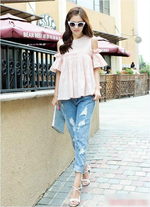 Kết hợp với jeans rách sẽ là lựa chọn hoàn hảo cho cô nàng cá tính.
