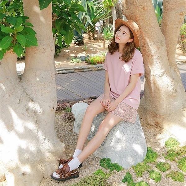 Các nàng yêu thích stylenữ tính cũng có thể học theo cách phối áo thun + chân váy độc đáo này.