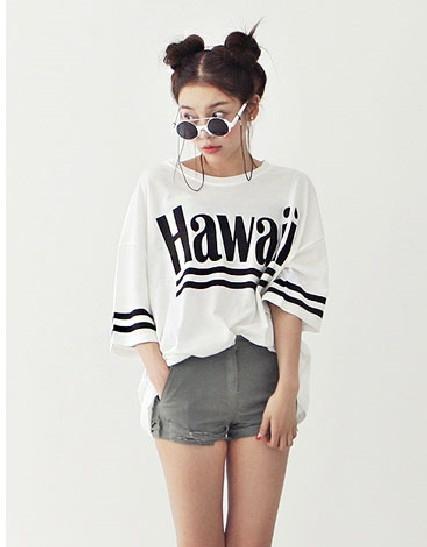 Cách phối đơn giản nhất vẫn là áo thun + quần short: vừa thoải mái vừa năng động.