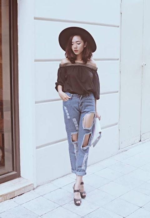 Jeans rách cũng cực kì ăn rơ với áo trễ vai đấy.