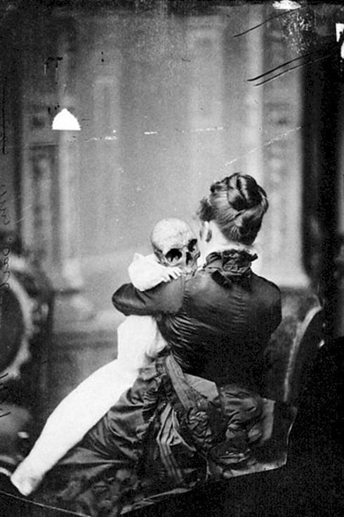 Người phụ nữ đang ôm một bộ xương khô.