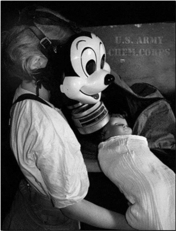 Một người sử dụngmặt nạ chống khíđộc hình chuột Mickey từ năm 1942.