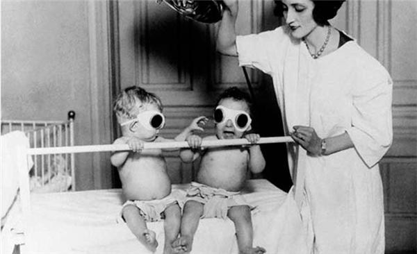 """Trẻ em được phơi dưới ánh nắng của """"Dụng cụ tắm nắng"""" ở Chicago. Trong suốt mùa đông huyền thoại năm 1925 là một phương tiện thường được sử dụng chống lại bệnh còi xương."""