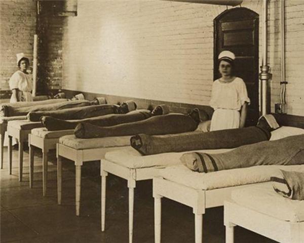 Các y tá quấn chăn ướt cho các bệnh nhân tâm thần nhằm trị liệu cho họ. Trông họ như những xác ướp vậy.