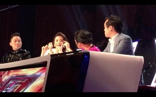 Diva Thanh Lam đồng quan điểm với đàn em và tỏ ý không hài lòng với phần thể hiện của giọng ca trẻ. Trên ghế nóng của X-Factor, 4 vị giám khảo có màn tranh cãi khá gay gắt - Tin sao Viet - Tin tuc sao Viet - Scandal sao Viet - Tin tuc cua Sao - Tin cua Sao