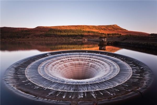 Đây lá hố nướccó tác dụng ngăn chặn lũ từ đập và hạn chế việc đập bị vỡ ở Ladybower Reservoir.