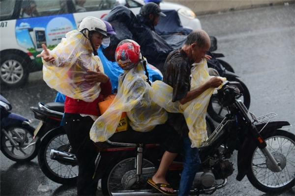 Có tincho rằng áo mưa ni lông bán lề đường chứa chì, khiến cơ thể nhiễm độc, thậm chíung thư.