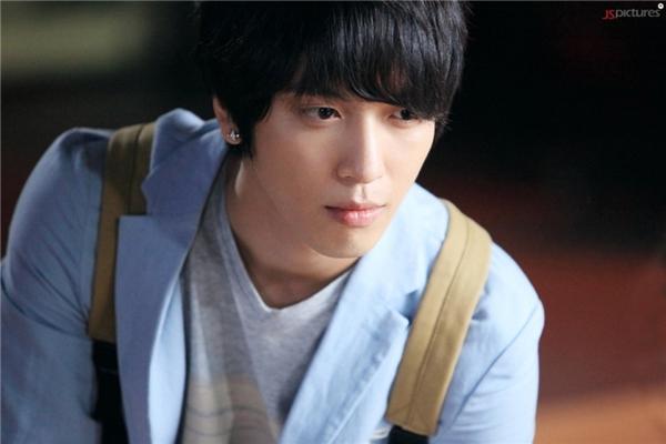 Jung Yong Hwa lại mang một màu sắc khác biệt, như thứ ánh sáng ấm áp, le lói trong đêm tối. (Ảnh: Internet)