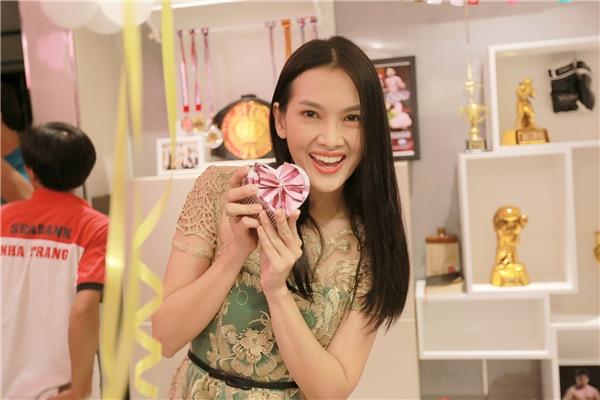 Khi biết ngày sinh nhậtKhả Ngân là 31/07, nữ diễn viên Anh Thư và các đồng nghiệp âm thầm tổ chức bữa tiệc nhỏ chung vui cùng Khả Ngân.