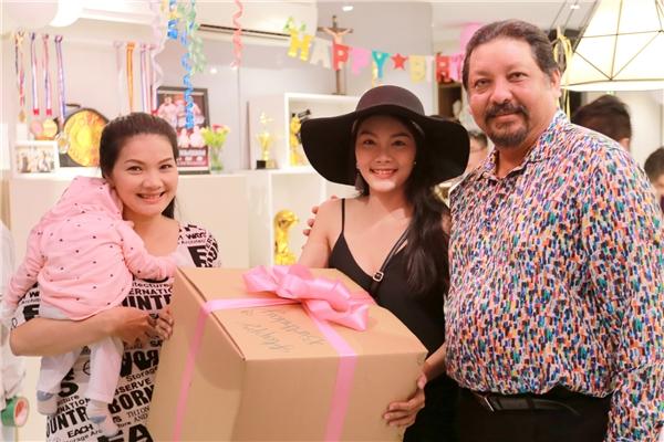 Bạn thânKhả Ngân là nữ diễn viên Thanh Tú cùng mẹ làdiễn viên Kiều Trinh cũng đến tham dự. Có thể nói sự hiện diện của Thanh Tú làmón quà không thể nào to hơn dành cho Khả Ngân.