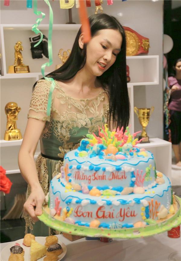 Khả Ngân ngập tràn hạnh phúc khi đón sinh nhật trên phim trường