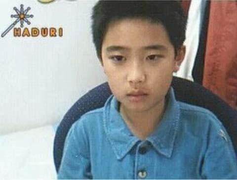 """Cậu nhóc D.O. (EXO) ngày nhỏ đã ra dáng """"thanh niên nghiêm túc"""" với gương mặt vô cùng """"căng thẳng"""" kể cả khi chụp ảnh webcam."""