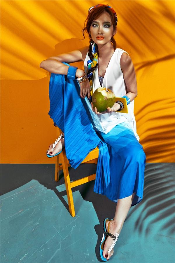 Chiếc quần culottes quen thuộc được biến tấu không chỉ qua màu sắc mà còn ở chi tiết xếp li một mặt khá độc đáo. Cảm hứng thời trang phóng khoáng được khắc họa rõ nét hơn qua áo không tay phom rộng phối crop top hay sandal mang tính ứng dụng cao.