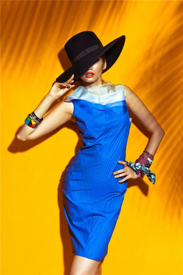 Dù là váy ngắn trẻ trung hay váy dài lấy cảm hứng từ maxi truyền thống, Trúc Diễm luôn tạo nên bầu không khí tươi vui của biển mùa hè với những sắc màu cố hữu nhưng mang vẻ ngoài lạ mắt hơn.