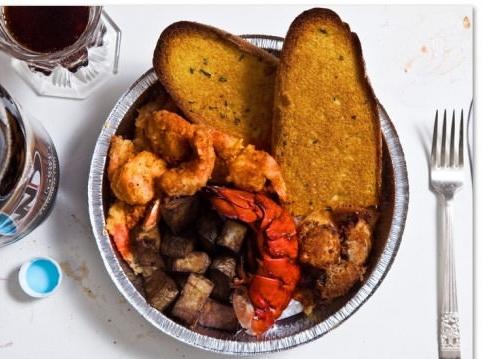 """Mong muốn được """"hưởng trọn trời đất"""" trước khi về với hư không,Allen Lee Davis, 54 tuổi, bang Florida đã yêu cầu món đuôi tôm hùm, khoai tây nướng, 2 lạng rưỡi tôm chiên, khoảng 2 lạng sò chiên, nửa ổ bánh mìbơ tỏi và 1 lít bia đen."""