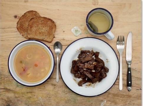 """Đây là bữa ăn """"được đặt hàng""""của 2 tử tù Ferdinando (38 tuổi)và Bartolomeo (39 tuổi). Cả 2 yêu cầu 1 bát súp, 2 lát bánh mì sandwich nướng, 1 đĩa thịt nướng, 1 tách trà túi lọc."""