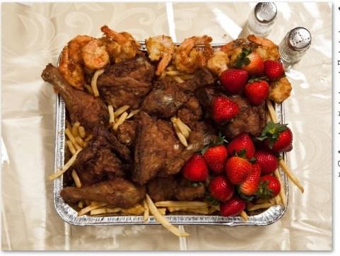 Là quản lí nhiều năm của một hiệu thức ăn nhanh nổi tiếng tại Mỹ,John Wayne Gacy, 52 tuổi, bang Illinois, đã yêu cầu 12 con tôm chiên, 1 xô gà truyền thống, khoai tây chiên và gần nửa kídâu cho bữa ăn cuối cùng.