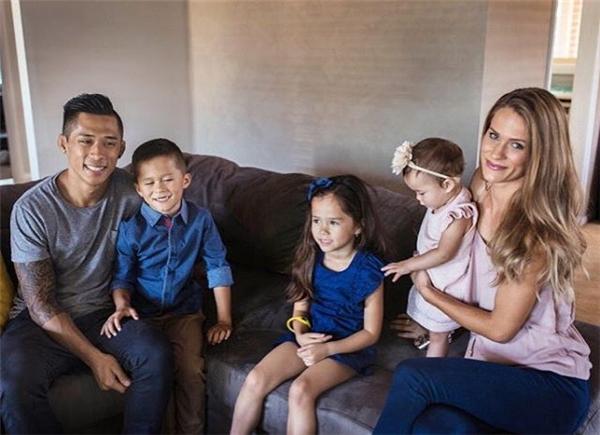 Martin chụp cùng vợ và 3 đứa con xinh xắn của mình. (Ảnh: SBS Online)