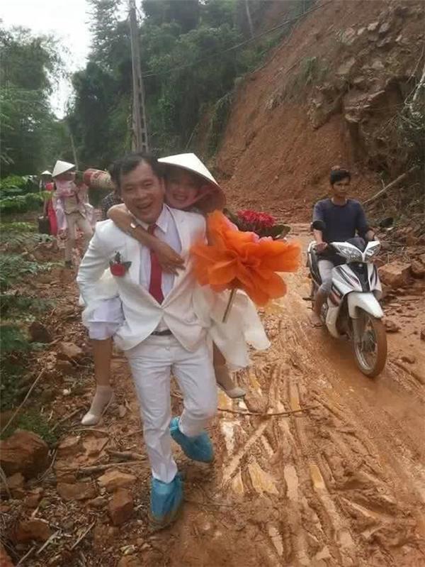 Nụ cười hạnh phúc trên gương mặt của cô dâu chú rể, mưa gió chẳng thể nào ảnh hưởng đến tình cảm chúng mình.