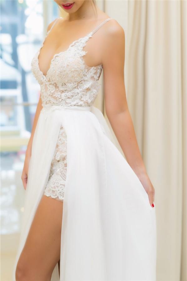 Phần xẻ váy cao giúp cô dâu Hà Anh linh hoạt di chuyển trong tiệc cưới tại bãi biển cũng như tôn lên đôi chân dài nuột nà. - Tin sao Viet - Tin tuc sao Viet - Scandal sao Viet - Tin tuc cua Sao - Tin cua Sao