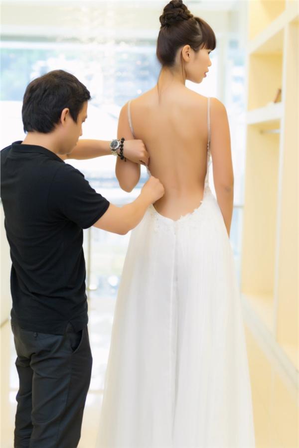 Vẫn là một hình ảnh Hà Anh gợi cảm với thiết kế khoét sâu khoe khéo lưng ong nuột nà - Tin sao Viet - Tin tuc sao Viet - Scandal sao Viet - Tin tuc cua Sao - Tin cua Sao