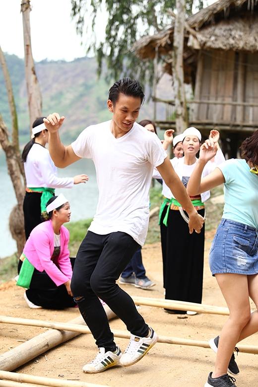 Licoln Thúc Lĩnhgần như hòa nhập rất nhanh vào điệu nhảy truyền thống.