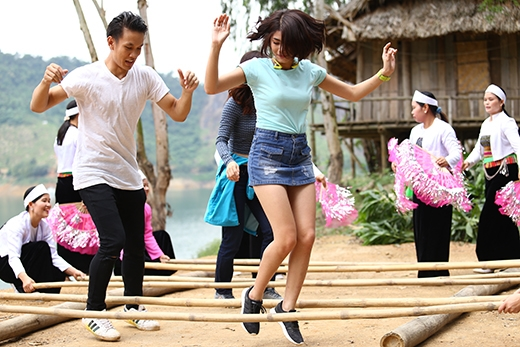 Lincolncùng host Đàm Phương Linhthể hiện điệu múa.