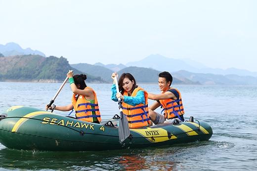 Đội 2 chèo thuyền phao giữa núi non và dòng sông Đà hùng vĩ.