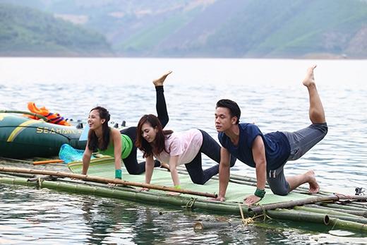 ...và thực hiện ước mơ của đội bạn là tập yoga giữa sông Đà.