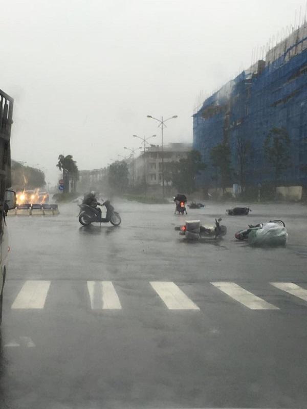 Người đi xe máy thì bị gió tạt đến ngã, nhiều người phải dừng lại chờ qua cơn giông mới dám đi tiếp.